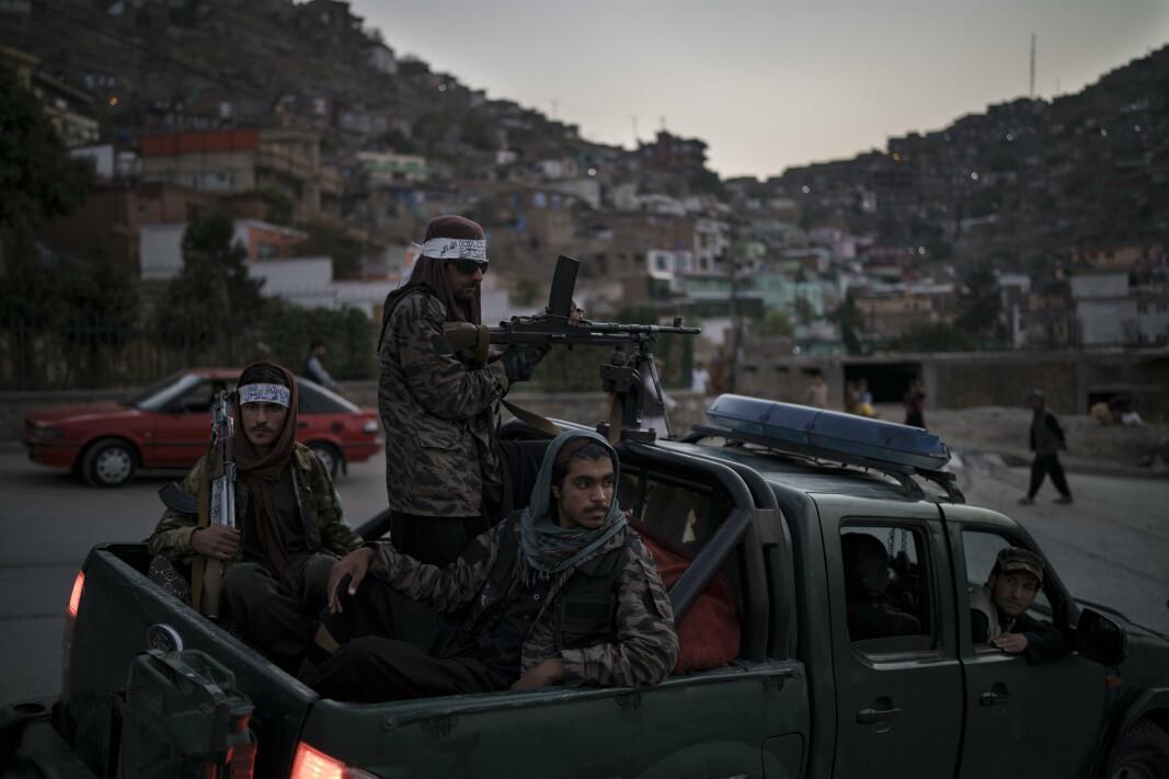 PATRULJE: Taliban-soldater på patrulje har stoppet ved en åsside i Kabul.