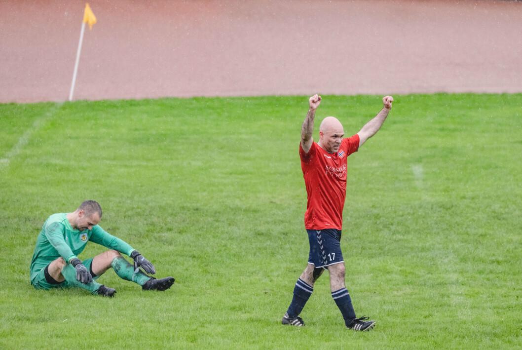 MÅL: Kjell Heiberg fintet ut keeperen og satte inn Norges femte og siste mål i kampen mot England.
