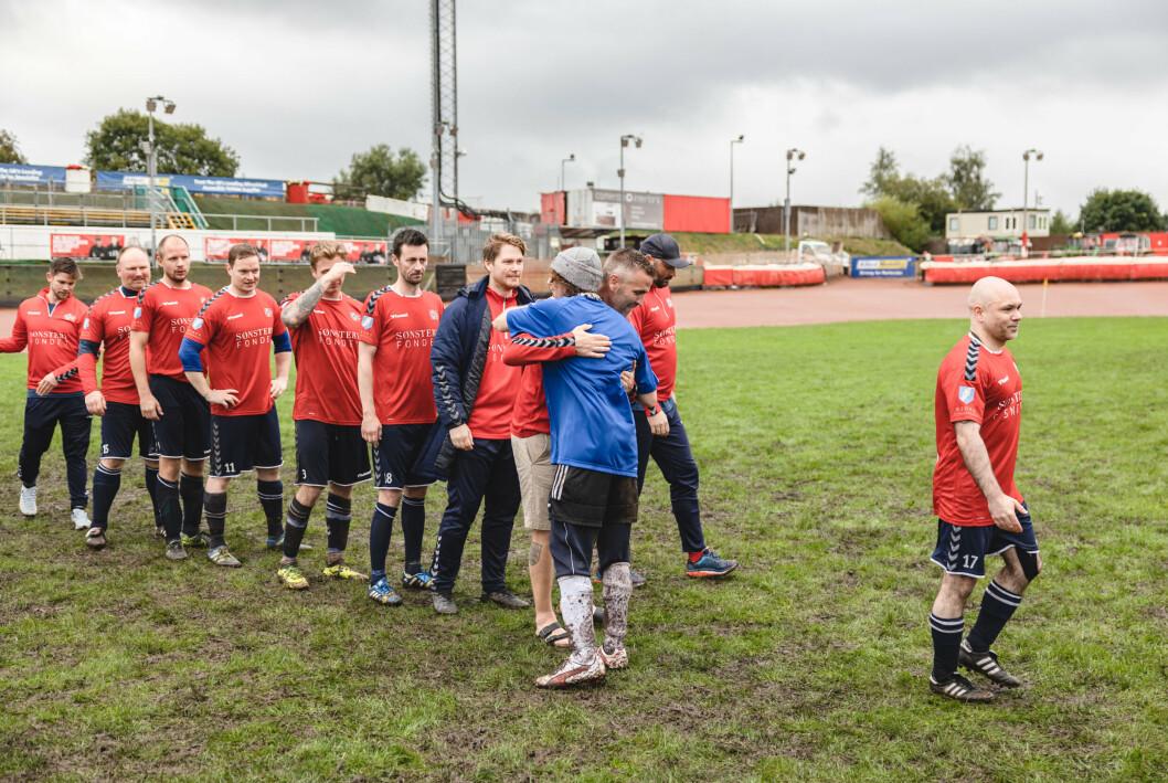 TAKK: Spillerne takker hverandre for innsatsen etter straffekonkurransen.