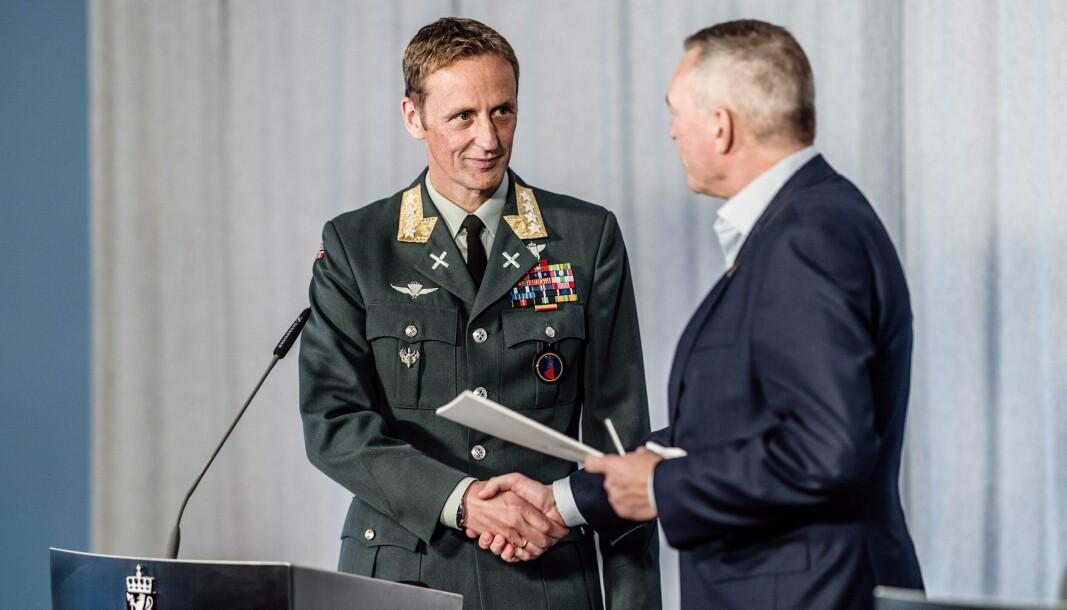 AFGHANISTAN-RAPPORT: Forsvarssjef Eirik Kristoffersen overleverer rapporten etter Afghanistan-undersøkelsen til forsvarsminister Frank Bakke-Jensen.