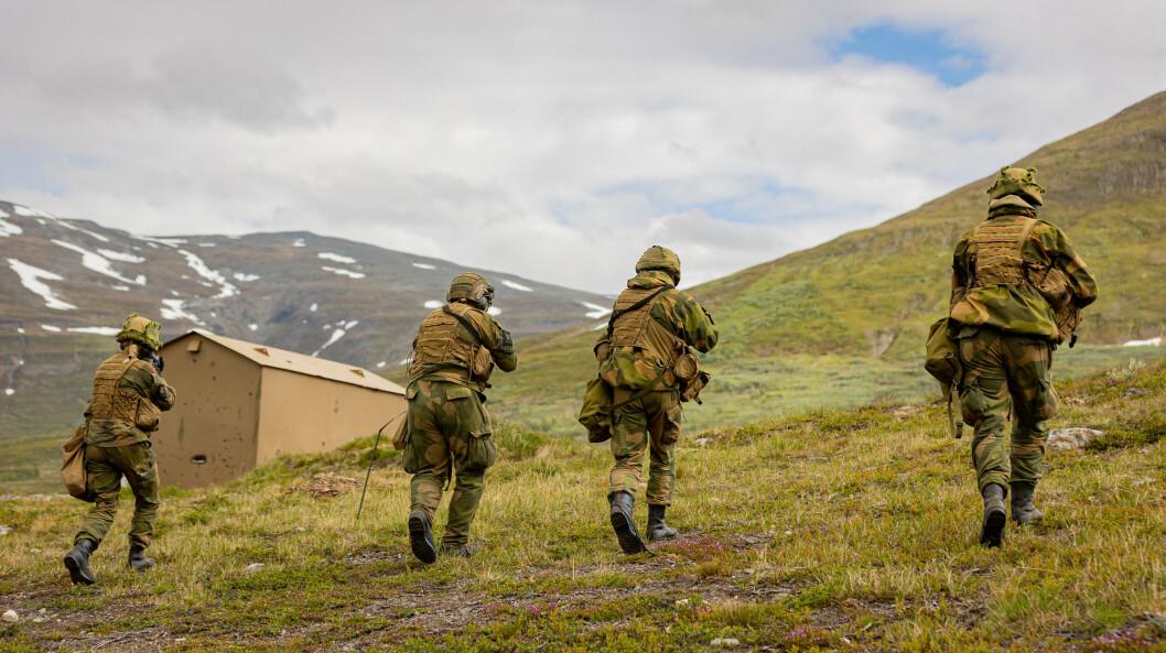 NORD: Nordiske land samarbeider tettere om forsvar. Her trener HV-17 på skarp stillingsbesittelse.