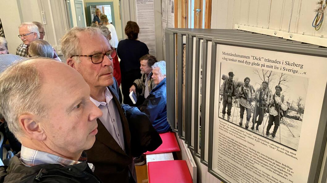 SABOTØR-HISTORIER: Ole Kristian Grimnes (bak) og Stein Wilhelm Åsland, tidligere nestkommanderende ved Forsvarsmuseet leser historien til noen av sabotørene.