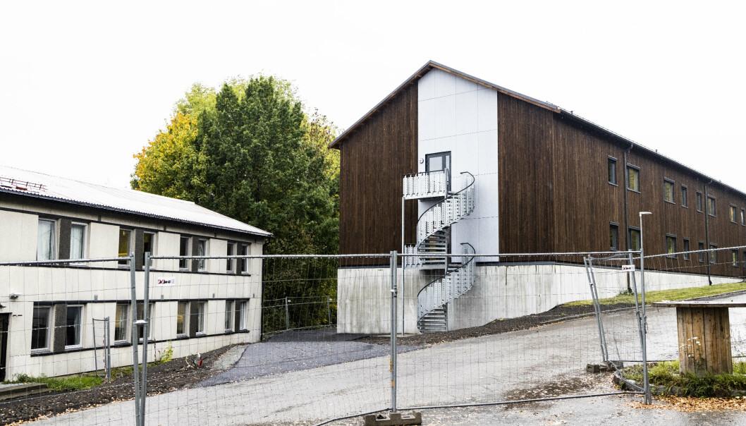 KASERNE: Titalls soldater bor i en kaserne fra 1950-tallet på Kolsås. Rett ved siden av står en splitter ny kaserne som soldatene ikke kan flytte inn som følge av et vedtak fra Statsforvalteren i Oslo og Viken.