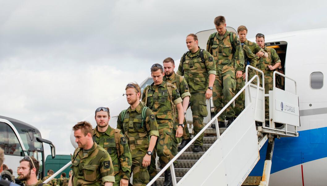 BALANSE: Utenlandsoppdrag og pendling kan føre til utfordringer med å balansere jobb og familie. Bildet viser norske soldater på vei hjem etter oppdrag i Litauen.