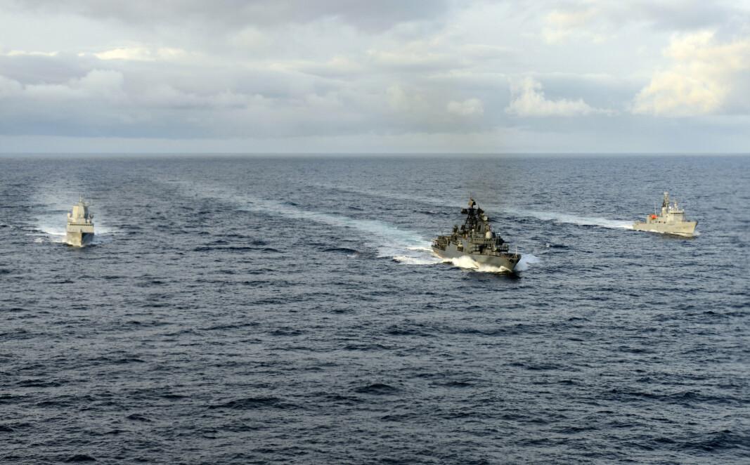 ØVELSE: Det russiske skipet Admiral Chabanenko (i midten) på øvelse i Barentshavet sammen med KNM Fridtjof Nansen og KV Senja.