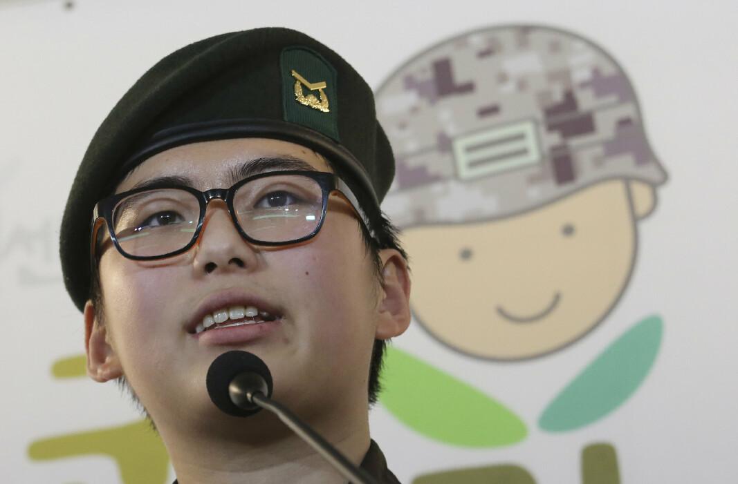 PROTESTERTE: Byun Hui-su talte på en pressekonferanse kort tid etter at hun mistet jobben. Der uttrykket hun et sterkt ønske om å fortsette i forsvaret.