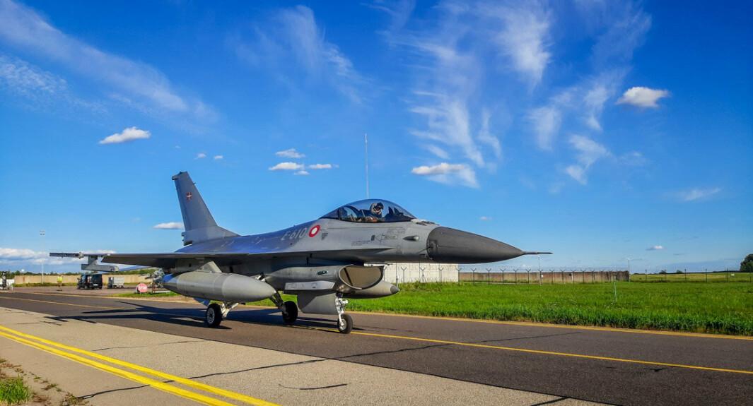 PÅ OPPDRAG: Et av de danske F-16 flyene på rullebanen på Siauliai-luftbasen i Litauen etter et fullført QRA-oppdrag.