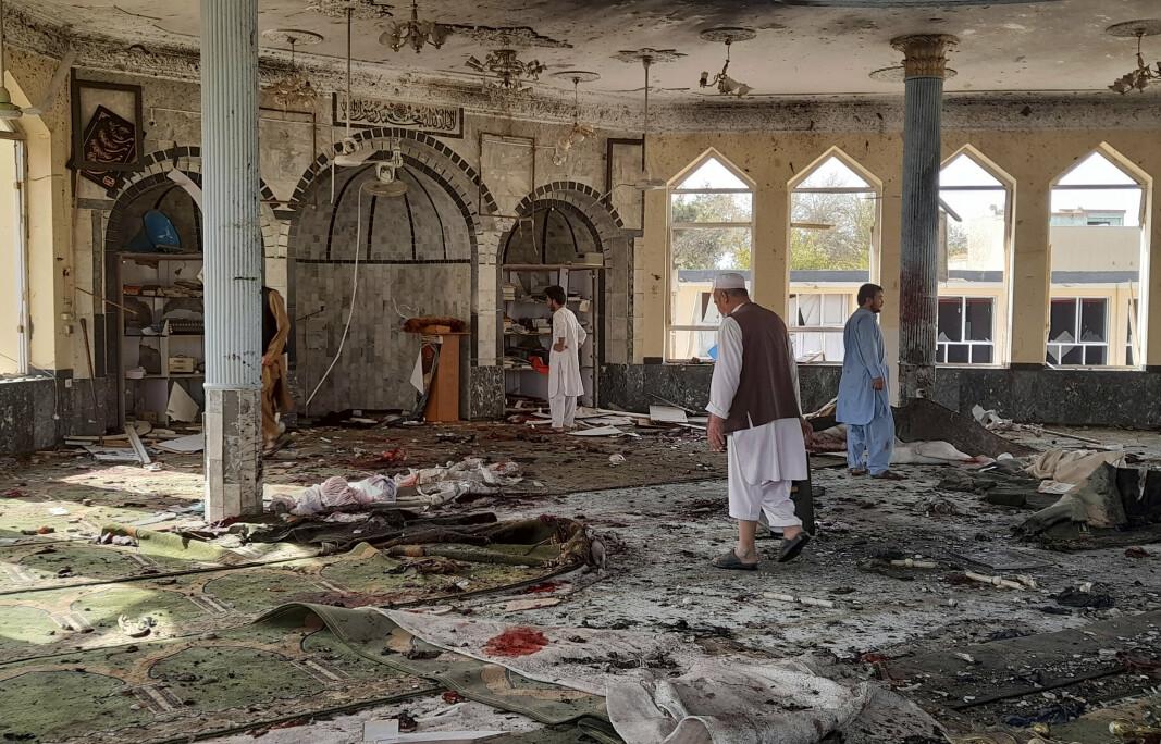 ØDELEGGELSER: Folk undersøker moskeen, etter at eksplosjon tok livet av minst 50 mennesker.
