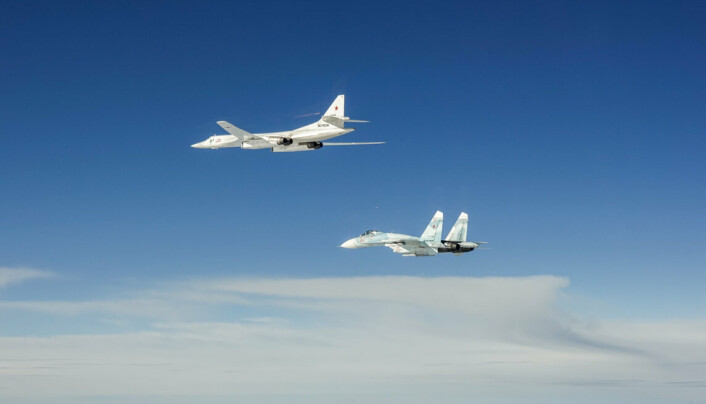 RUSSISKE: Russiske Blackjack og Flanker-fly sett fra ett av de danske F-16-flyene.
