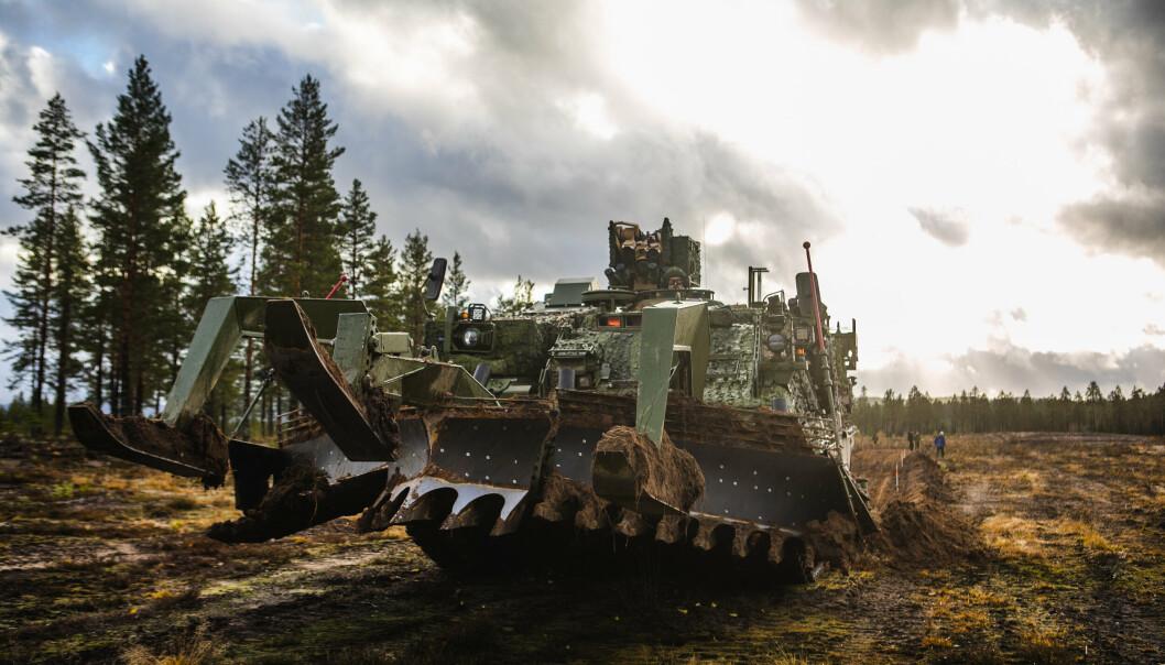 MINEPLOG: Gjennombryterpanservognen utstyrt med mineplog i øvingsfeltet på Rena.