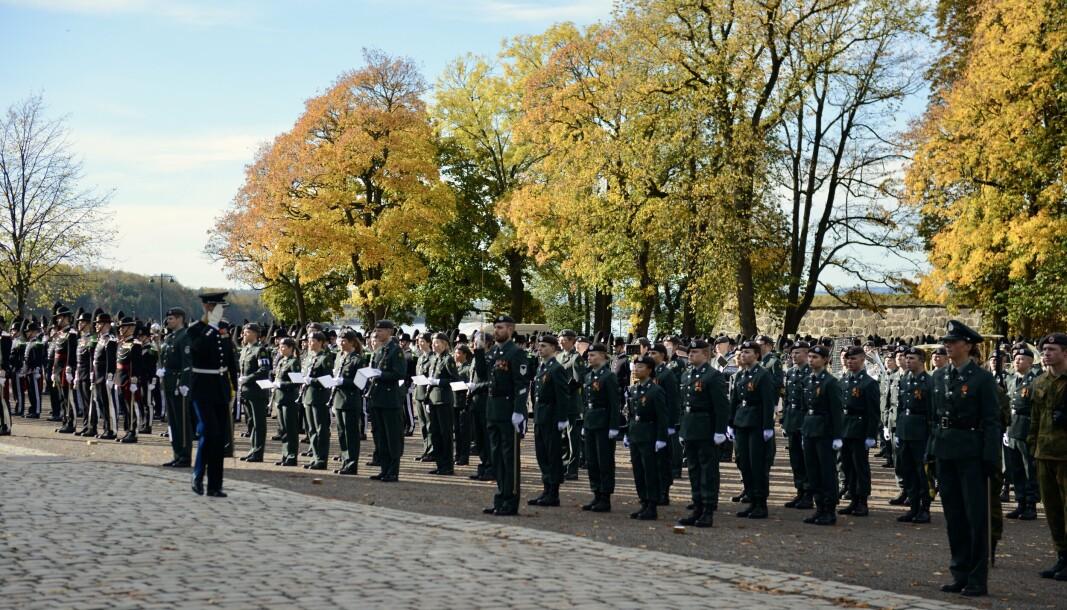 INSPEKSJON: Inspeksjon av avdelingene blir gjennomført før de blir sendt ut for å løse paradeoppdraget.
