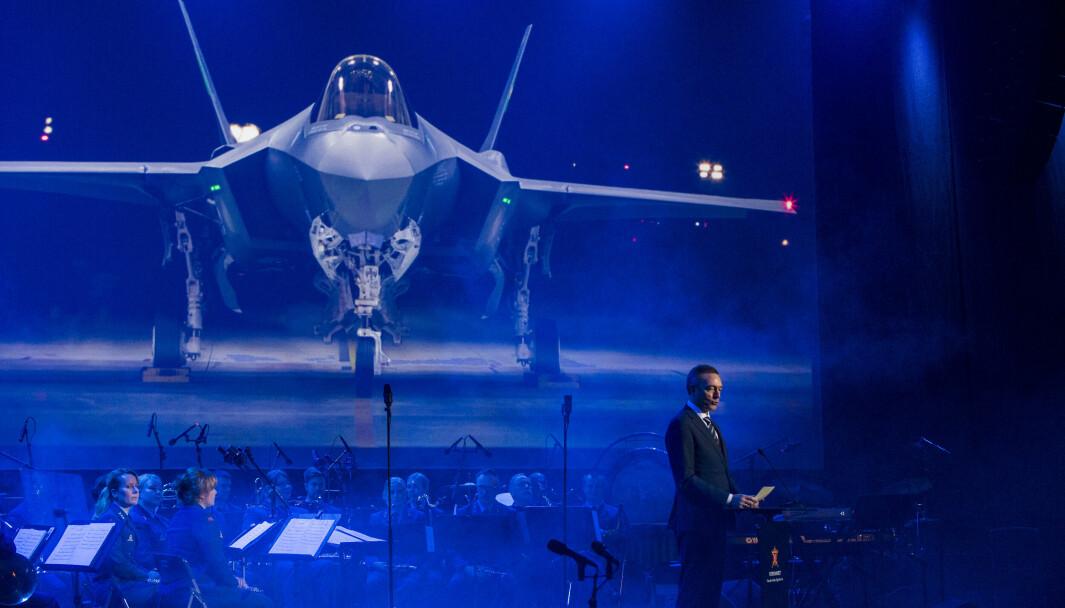 F-35: Norge nye kampfly vil koste rundt 324 milliarder kroner i innkjøp og drift, ifølge Forsvaret. Her viser forsvarssjef Frank Bakke-Jensen (H) fram flyet under en markering på Ørland hovedflystasjon.