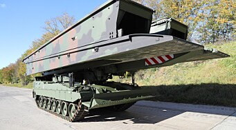 Forsvarsmateriell har mottatt den symbolske nøkkelen til den første bropanservognen til Norge